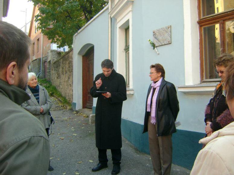 Megemlékezés az ismeretlen jó ember emléktáblájánál 2011-ben. Fotó: jozanesz.wordpress.com