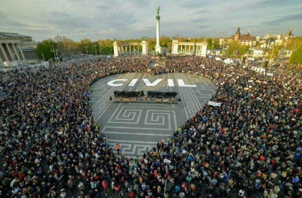 Tüntetők a Hősök terén szerda délután. Fotó: hvg.hu/Túry Gergely