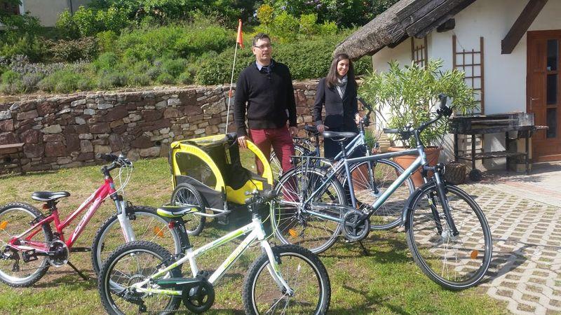 Czeglédi Ákos paloznaki polgármester és Kovács Emese projektmenedzser bemutatták a projekthez tartozó kerékpárparkot is. Fotó: tekergopress