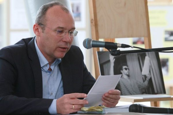 A polgármester verset olvas a Hangvilla előcsarnokában. Fotók: Nagy Lajos