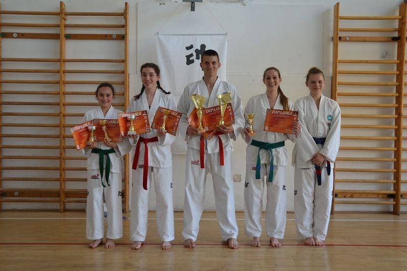 A képen balról jobbra: Kurdi Panna, Nasszer Júlia, Pintér Norbert, Fülöp Andrea, Gyimesi Laura. Fotó: Veszprémi Taekwondo SE
