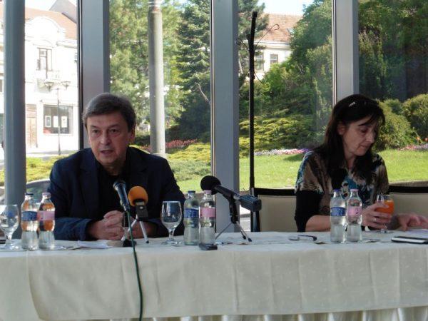 Vándorfi László és Molnárné Simon Anikó, a Pannon Várszínház marketingese a sajtótájékoztatón. Fotó: a szerző