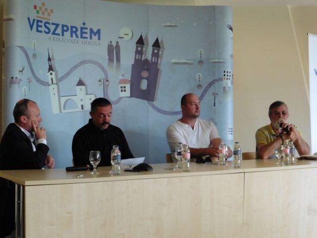 Az első panelbeszélgetés a civilekről szólt. A képen balról jobbra: Porga Gyula polgármester, Kovács Norbert Cimbi néptáncos, Nyakas Krisztián, a VEKKORD Egyesület vezetője és Heiter Sándor, a Jeruzsálemhegyi Baráti Kör elnöke