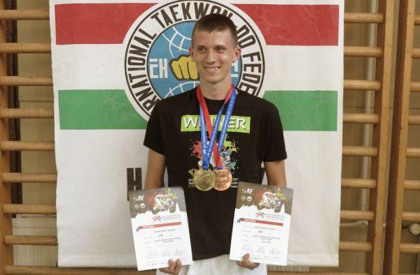 Pintér Norbert a győzteseknek járó trikóban. Fotó: Veszprémi Taekwondo SE