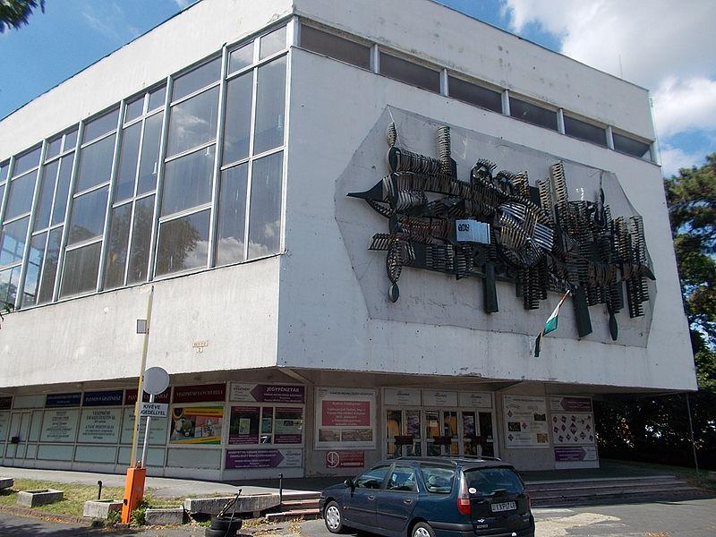Veszprém város önkormányzata nemrég nyilvános pályázatot hirdetett az ingatlan bérlet útján történő hasznosítására. Fotók: Globetrotter19, a szerző és Veszprém Kukac archív