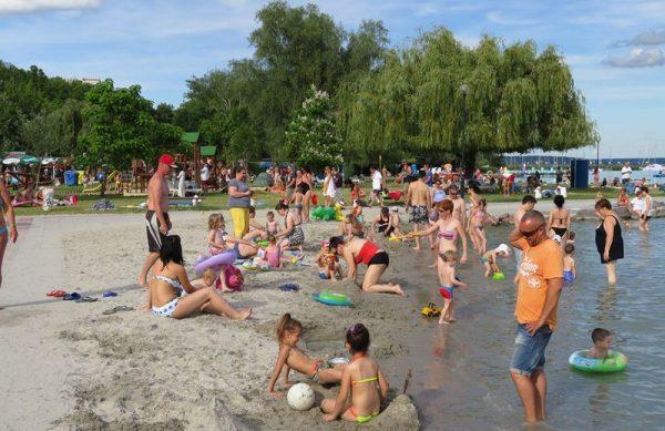 A családi kirándulás helyszíne: az almádi Wesselényi strand. Fotó: balcsi.net