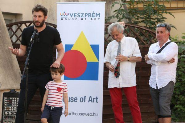 Fenyvesi Áron művészettörténész (a kisfiával) megnyitja a kiállítást. Mellette Hegyeshalmi László, a Művészetek Háza igazgatója és Gerhes Gábor. Fotók: Művészetek Háza