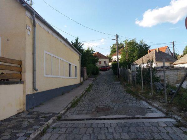 A Cséplő utcai emelkedő. Fotók: a szerző