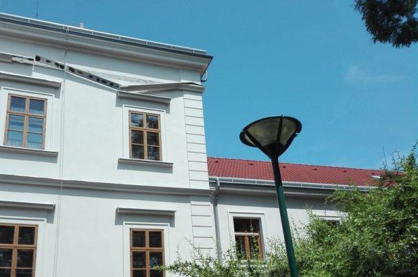 A zeneiskola épületének párkánya több hete lóg. Fotók: a szerző