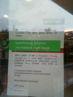 Felirat a Brusznyai utcai épület ajtaján
