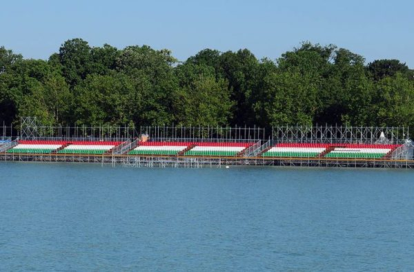 A piros-fehér-zöld lelátó a Tagore-sétány mellett. Fotó: balatontipp.hu
