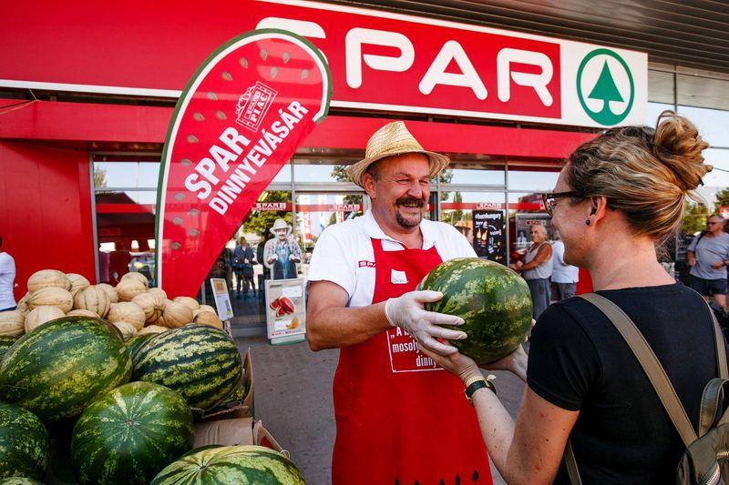 Rácz Árpád, a SPAR zöldség-gyümölcs szakértője friss magyar dinnyével fogadja a vásárlókat Szántódon. Fotó: SPAR Magyarország