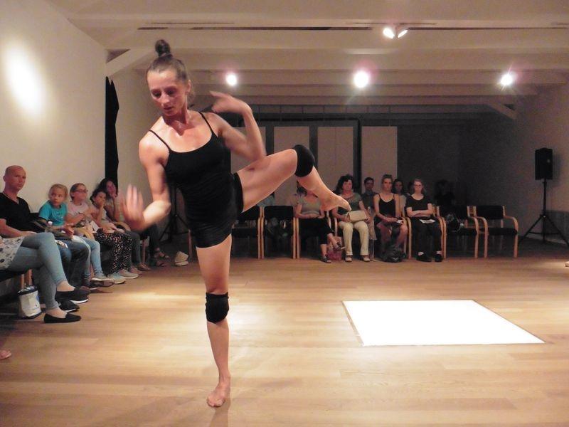 Turós-Máté Kinga a Prométheuszról… című táncszínházi produkcióban. Fotók: a szerző