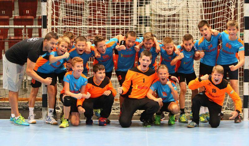 Egy 2015-ben elkapott pillanat: az egyik győztes csapat örül az eredményének. Fotó: eleskezisuli.hu