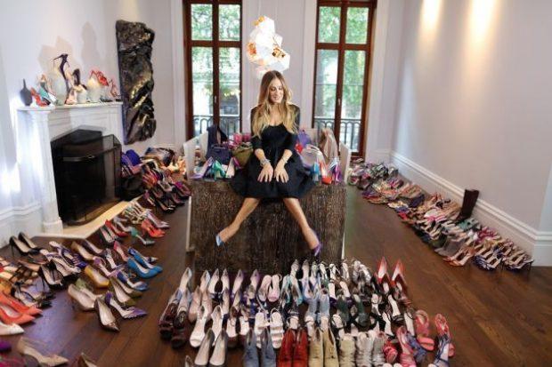 Carrie (Sarah Jessica Parker) cipőkollekciójával a Szex és New York című sorozatban