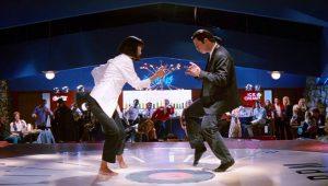 Vincent Vega (John Travolta) szórakozni viszi főnöke feleségét, Mia Wallace-t (Uma Thurman)