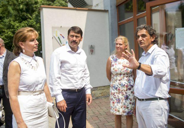 Áder János (balról a második) és felesége Herczegh Anita (balról az első) a felsőörsi Snétberger Zenei Tehetség Központban Tromposch Julianna a központ operatív igazgatója (jobbról a második) és Snétberger Ferenc művészeti igazgató (jobbról az első) társaságában 2015. július 8-án. Fotó: Illyés Tibor / MTI