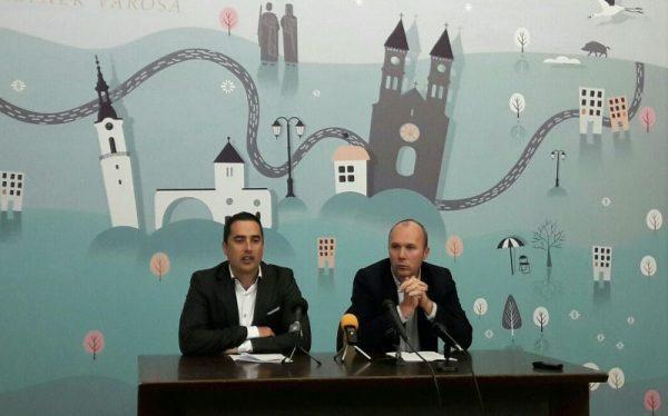Ovádi Péter önkormányzati képviselő és Porga Gyula polgármester az útfejelesztési terveket ismerteti. Fotó: a szerző