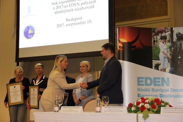 Bérczi Beáta, a Veszprémi Turisztikai Nonprofit Kft. ügyvezetője átveszi az elismerő oklevelet