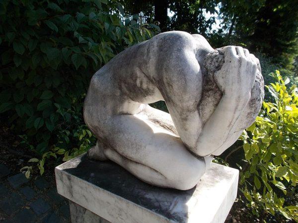 Marton László Nagy bánat című szobra a belvárosban