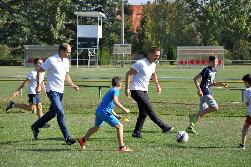 A tavalyi diáksport napon Füzi Ákossal (balról) és Vincze Ottóval (jobbról), korábbi magyar válogatott labdarúgókkal fociztak a gyerekek
