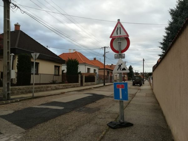 A Szilfa utca elején legalább van előjelző tábla. Fotók: a szerző