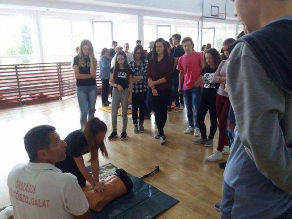 A kampánnyal a fiatalok figyelmét hívják fel az újraélesztés fontosságára. Fotók: Orosz Péter (OMSZ Közép-dunántúli Regionális Mentőszervezete)