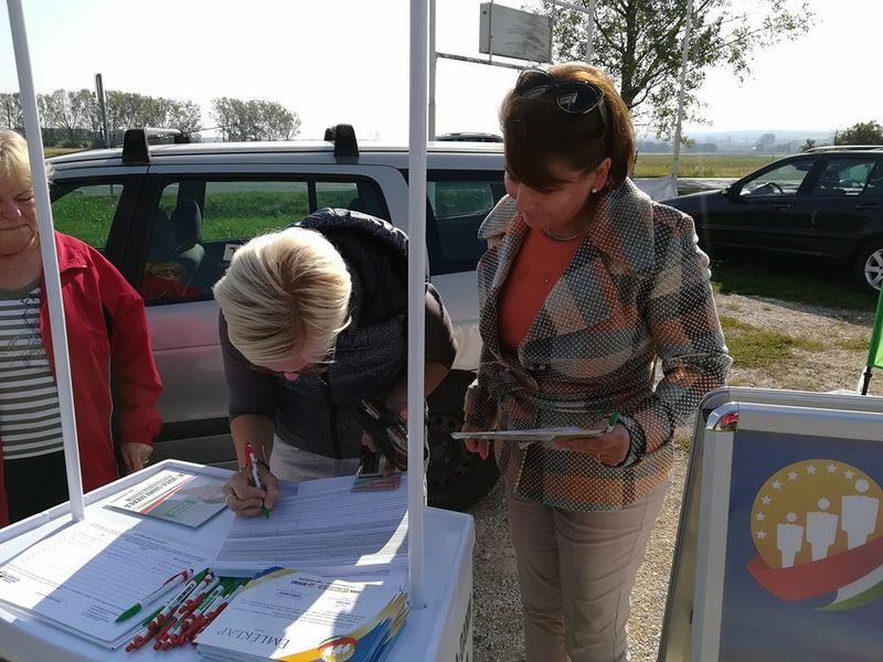 Pénteken megkezdték az aláírásgyűjtést. Fotó: Jobbik