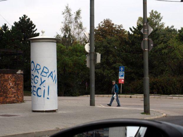 A rendőrök kiérkezéséig Simicskának öt plakátot sikerült feliratoznia