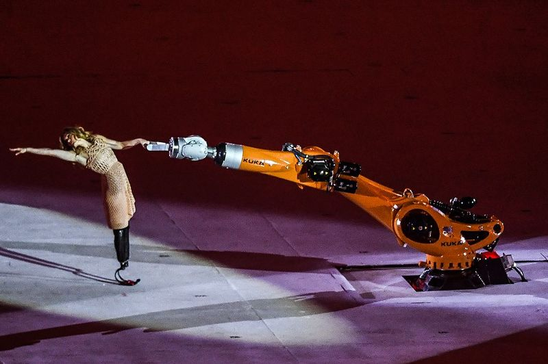 A 2016-os nyári paralimpiai játékok megnyitóján Amy Purdy egy robottal táncolt. Fotók: Internet