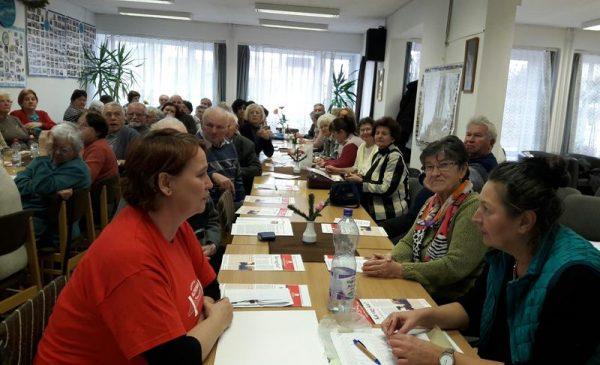 A Cholnoky Nyugdíjas Klub tagjai, az előtérben jobbra Himmer Éva, balra Győry Tünde, a találkozó szervezői. Fotók: a szerző