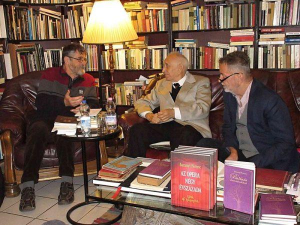 A képen balról jobbra: Brassai Zoltán irodalmár, Baranyi Ferenc költő és Molnár Sándor, a vendéglátó. Fotók: a szerző