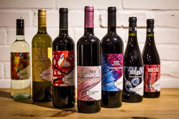 Finom borok, érdekes címkék, jótékonykodás. Fotó: vincemagazin.hu