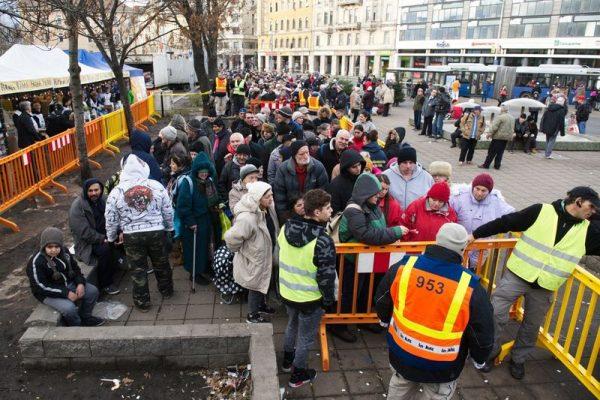 Ételosztás a Blaha  Lujza téren. Fotó: Fülöp Máté/HVG
