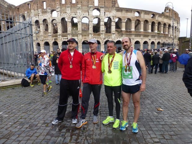 Célban a 2014-es római maratonon: Czilli Gyuri, Tóth Miki, Nagy Feri és Szelestey Atti