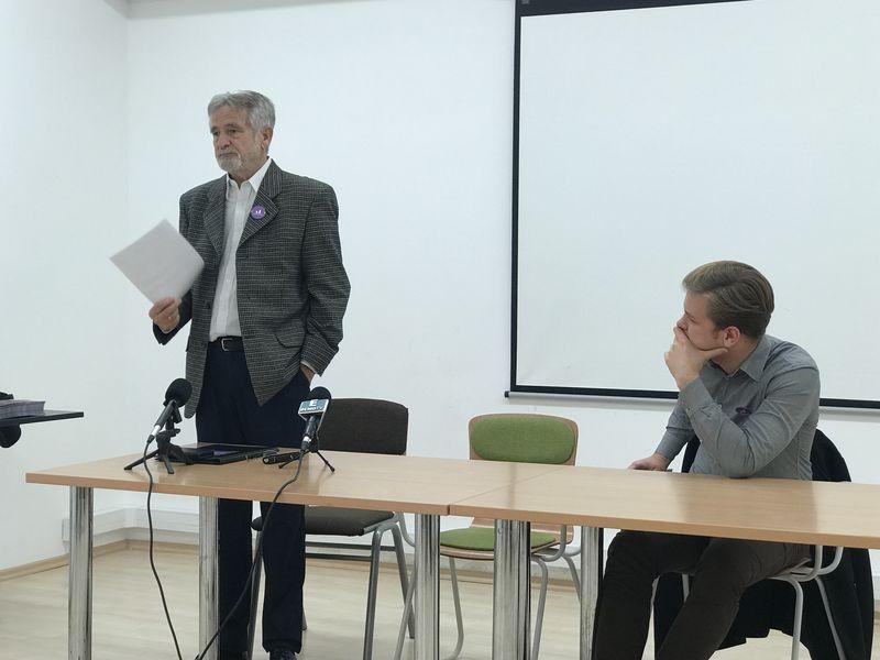 Dr. Meződi János (áll), a Momentum Mozgalom veszprémi 1. számú országgyűlési egyéni választókerületi képviselőjelöltje és Hajnal Miklós pártszóvivő a lakossági fórumon. Fotó: Momentum Mozgalom