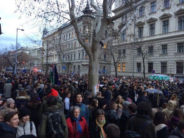 Több ezren voltak a tegnapi diáktüntetésen