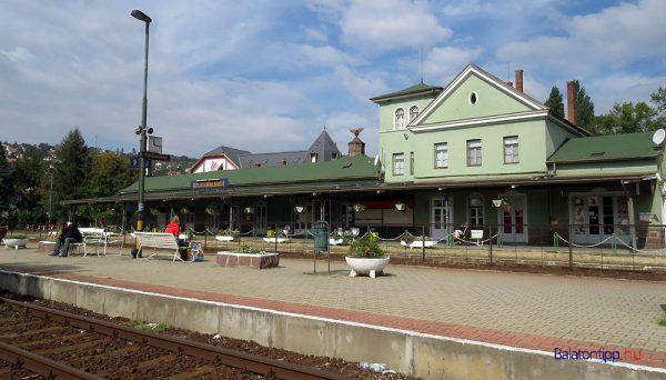 Az almádi vasútállomáson marad a peron, és Csopakon, Füreden sem lesz változás. Fotó: balatontipp.hu/Győrffy Árpád