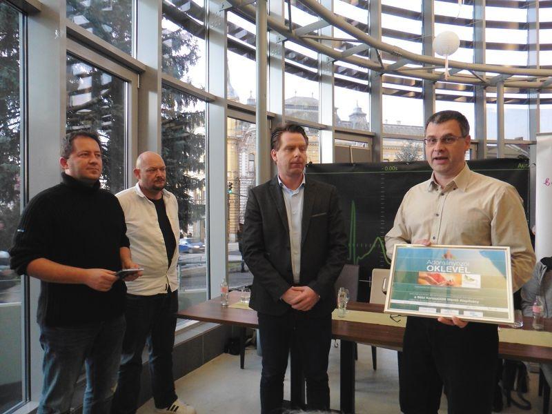A képen balról jobbra: Szakács Tibor és Trócsányi Gergely, a Hollywoodoo tagjai, Török Balázs, az A1–Sped Nemzetközi Szállítmányozó és Szolgáltató Kft. ügyvezetője és dr. Tenk Tamás, a Bébi Koraszülött Mentő Alapítvány kuratóriumának tagja. Fotók: a szerző