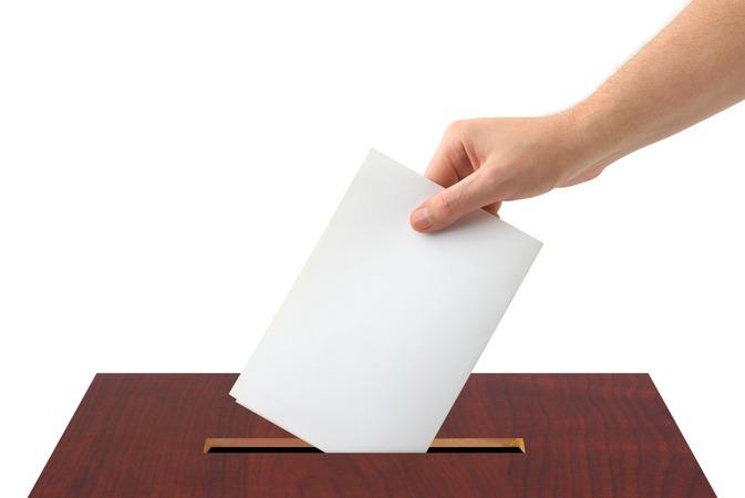 A szavazófülke magányában hoznak döntés a polgárok. Képünk illusztráció