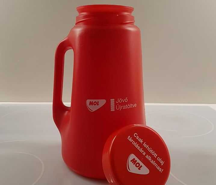 Ilyen edényt adnak a kijelölt MOL-kutaknál, amibe a használt sütőolajat tölthetjük. Fotó: Facebook