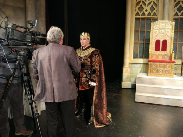 A király (Varga Miklós) interjút ad. Fotó: Petőfi Színház