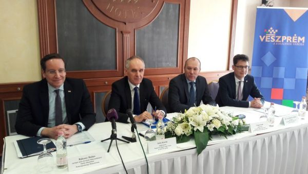 A képen balról jobbra: Rákossy Balázs, az európai uniós források felhasználásáért felelős államtitkár, Szita Károly, a szövetség elnöke és Kaposvár polgármestere, Porga Gyula, Veszprém polgármestere, valamint  Cser-Palkovics András, Székesfehérvár polgármestere. Fotó: a szerző