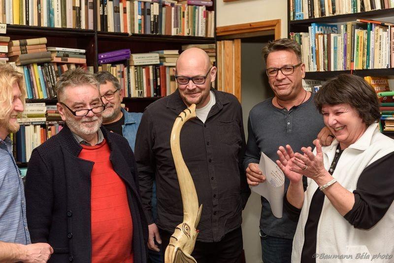 A képen balról jobbra: Sümegi Elemér, a januári díjazott, Molnár Sándor, az Utas és holdvilág antikvárium tulajdonosa, Trócsányi Gergely és Süle Zsolt, az ÉSTE formáció tagjai, valamint Herth Viktória, a társaság elnökségi tagja. Fotók: Baumann Béla
