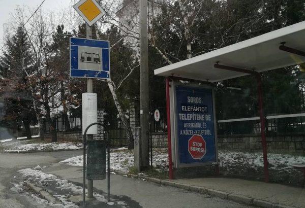 """Képünk a tűzoltó-laktanyával szemben lévő buszmegállónál készült, de a városban máshol is láthatóak a """"javított"""" plakátok. Fotó: a szerző"""
