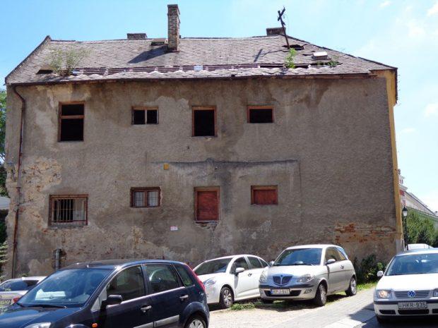 A Buhim utca elején álló, omladozó ház