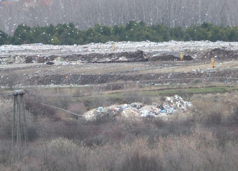 A Balatonfűzfő, ahogy mi látjuk zárt Facebook-csoport aktivistái figyelemmel kísérik és dokumentálják, hogy mi történik a hulladéklerakóban. Ez egy friss fotó az oldalukról