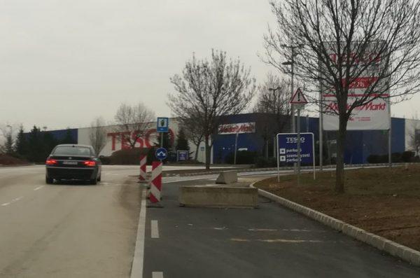 Az új lehajtón három hónapja elkészültek az útburkolati jelek, állnak a táblák is mellette. Fotók: a szerző