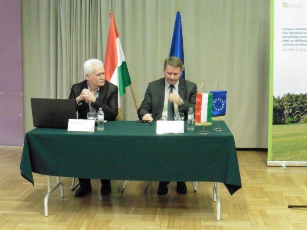 Balról Farkas László, a társulás projektvezetője, jobbról Czaun János, a társulás elnöke
