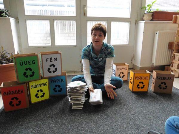 Ha odafigyelünk arra, hogy szelektíven gyűjtsük a hulladékot, csak annyi szemét kerül a kukába, amennyit a kezemben tartok – mondta Szalay Tímea a padányis diákoknak a bemutató foglalkozáson. Fotók: a szerző